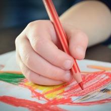 Hogyan segítheted a kis ujjak ügyesítését? 20 egyszerű, otthoni ötlet a finom-motorika fejlesztésére