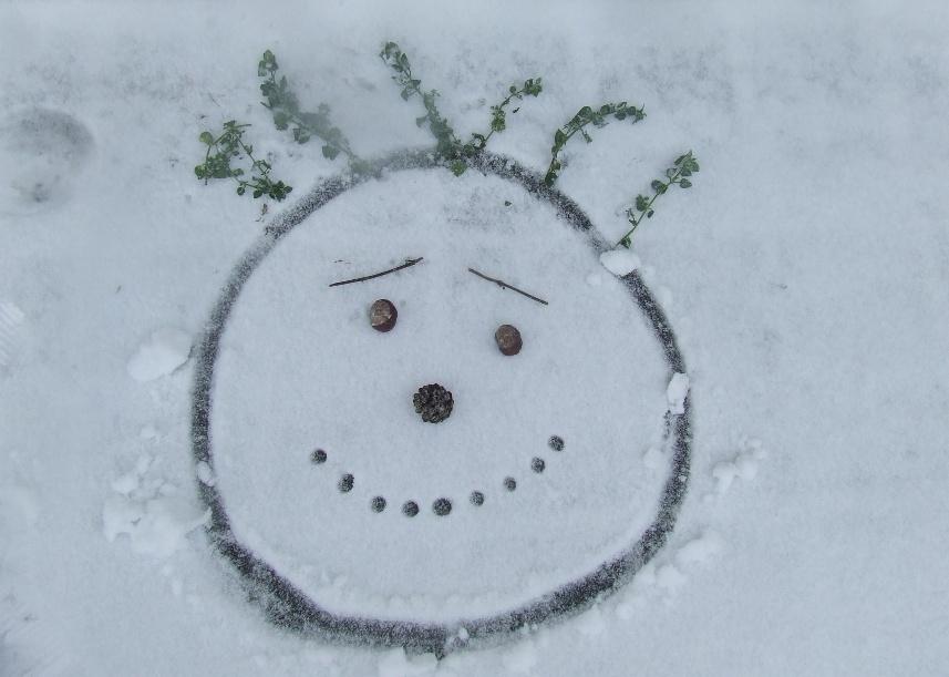 Rajzok a hóban – téli játékötlet gyerekeknek