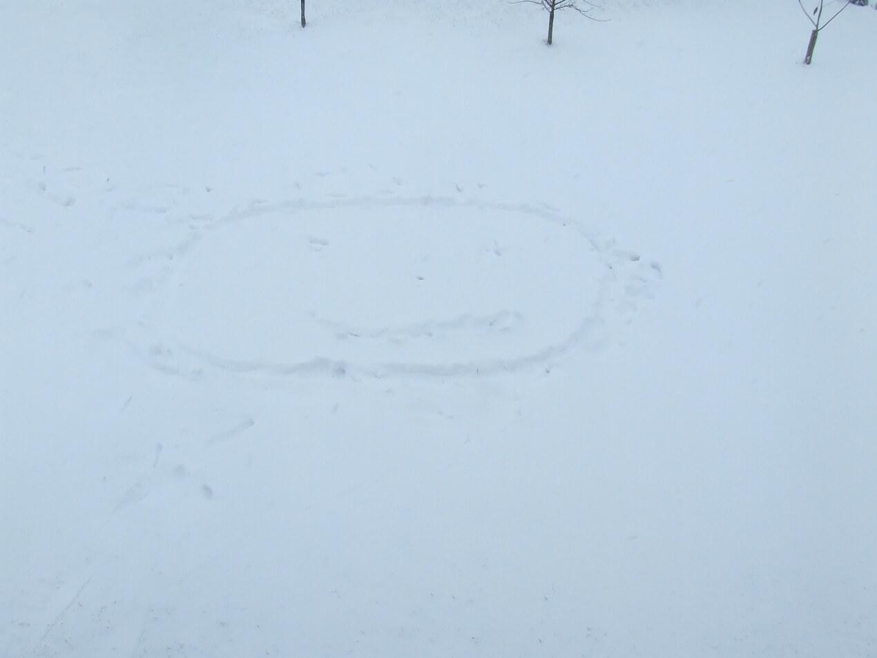 téli játékötlet gyerekeknek rajzolás hóban